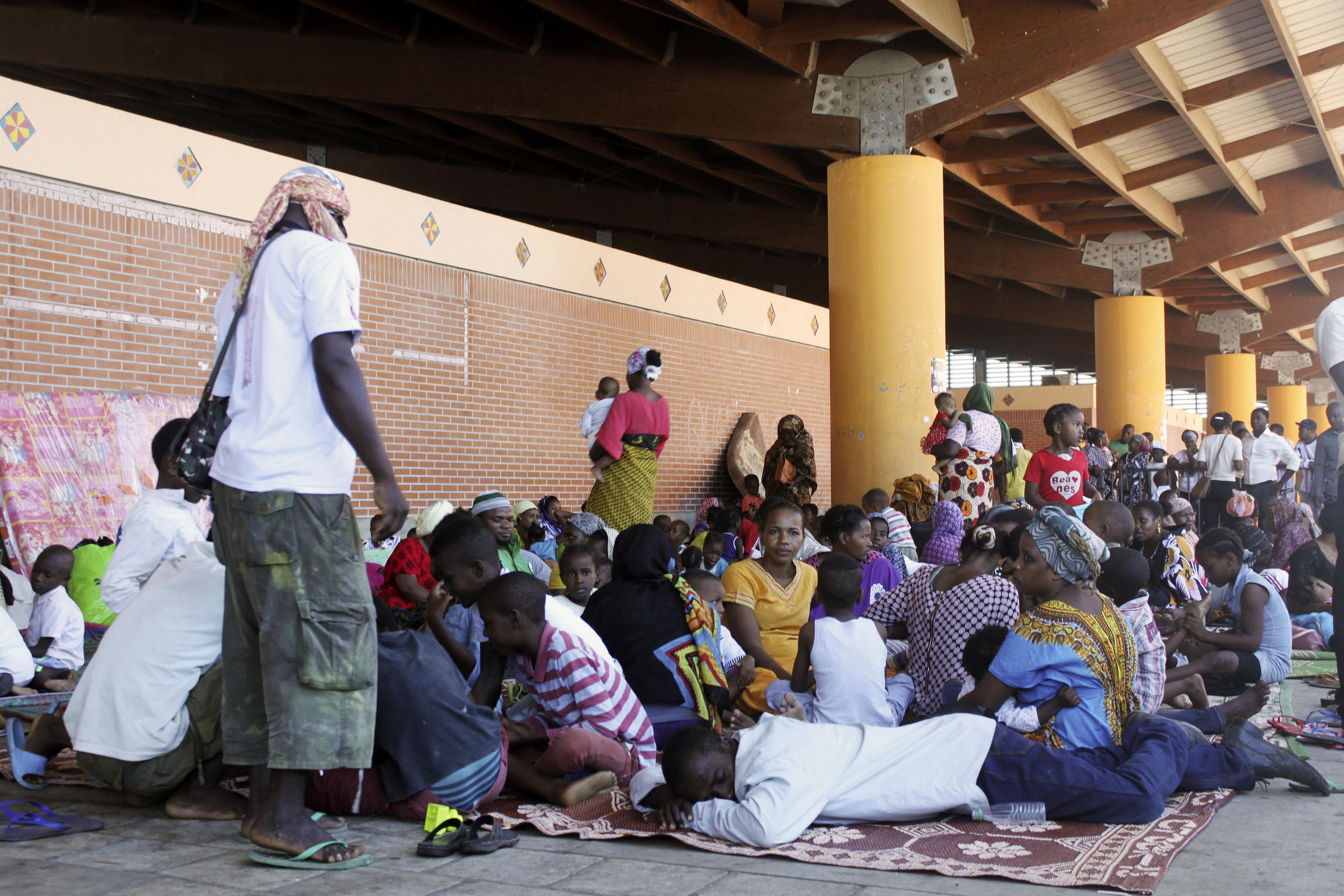Some 500 people from Comoros who had been thrown out of their homes in Mayotte by anti-migrant groups spent the night in Mamoudzou's Place de la République on 17 May, 2016