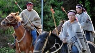 Des indiens Mapuches armés de lances gardent leurs terres au village de Temucuicui, à 600 km au sud de Santiago, le 13 novembre 2009.