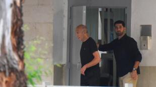 Эхуд Ольмерт (слева) выходит из тюрьмы, 2 июля 2017.