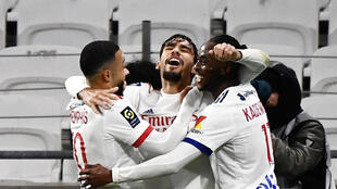 El mediocampista brasileño de Lyon, Lucas Paqueta (C), celebra con sus compañeros de equipo después de marcar un gol durante el partido de la liga francesa ante Nantes en el estadio Groupama, en Decines-Charpieu, cerca de Lyon, el 23 de diciembre de 2020.