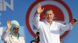 Le Premier ministre turc, Recep Tayyip Erdogan, accompagné de son épouse Emine devant ses partisans à Istanbul, le 3 août 2014.