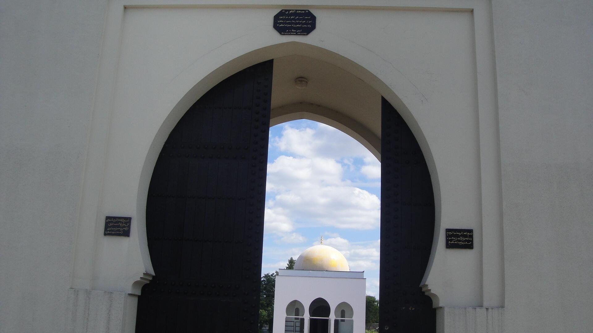 Вход на мусульманское кладбище в Бобини