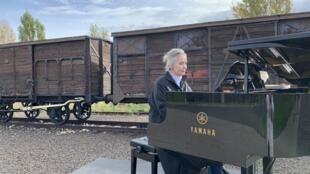 Elizabeth Sombart joue Beethoven à Auschwitz  « Être dans l'ombre, une lumière » - un film tourné au camp d'Auschwitz. © Elizabeth Sombart