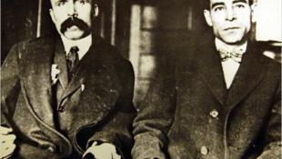 Bartolomeo Vanzetti (izquierda), esposado a Nicola Sacco (derecha) en Dedham, Corte Superior de Massachusetts en 1923.