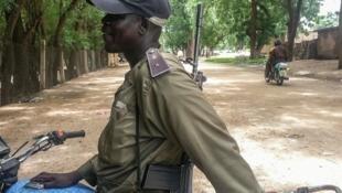 Un policier camerounais en septembre 2016, à Kourgui, dans la province de l'Extrême-Nord, soumise aux incursions de Boko Haram.