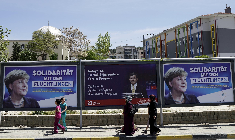 Thủ tướng Đức Merkel và người đồng nhiệm Thổ Nhĩ Kì Davutoglu trên tấm pa-nô tại Gaziantep, Thổ Nhĩ Kì  - Ảnh chụp ngày 20/04/2016