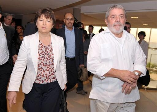 A secretária-geral do Partido Socialista francês, Martine Aubry e ex-presidente Luiz Inácio Lula da Silva no Fórum social mundial em Dacar, 7 de fevereiro de 2011.