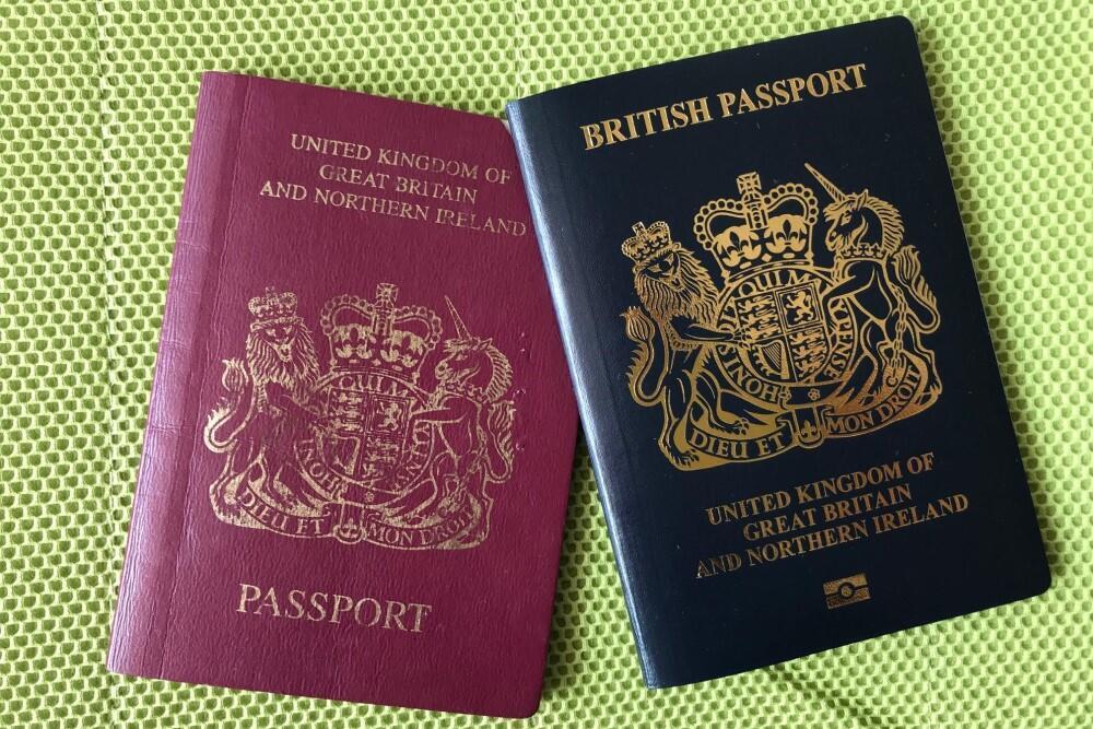 21.2 各國向港人移民招手,英國亦提供方便,該國發出的新BNO護照(圖右)較舊BNO護照更像英國公民護照(麥燕庭攝) (1)
