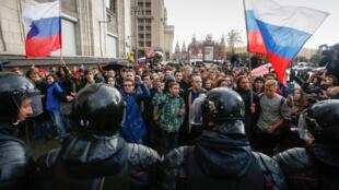 Cảnh sát Nga chặn đường đoàn biểu tình chống tổng thống Nga Vladimir Putin tại Mátxcơva ngày 07/10/2017.