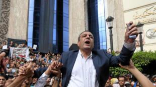 Le président du syndicat des journalistes Yehya Kallache, porté par des journalistes lors d'une manifestation pour la liberté de la presse, le 4 mai 2016 au Caire.