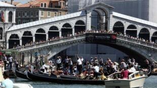 Каждый год Венецию посещают более 20 миллионов человек. Это в 400 раз больше, чем население города.