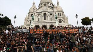 Plusieurs centaines de personnes ont fait sonner leur téléphone, lundi 21 septembre 2009, à 12H18, sur la butte Montmartre, à Paris, pour « réveiller » les politiques, à la veille d'un sommet de l'ONU sur le climat, à New York.