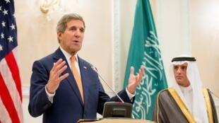 Le secrétaire d'Etat américain et le ministre des Affaires étrangères saoudien Abdel Al Joubeir à Riyad, le 7 mai 2015.