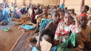 Pour le moment, les salles des ETAPEs ne sont pas encore équipées de tables et de bancs. Les enfants se plaignent de salir leurs vêtements dans la poussière quand ils viennent à l'école.