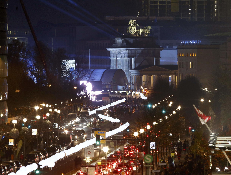 تزئین طول مسیر دیوار سابق برلین با ٨ هزار لامپ