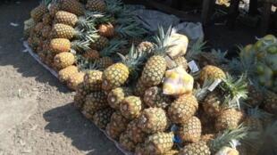 Ananas sur le marché du Plateau (Abidjan, Côte d'Ivoire)