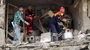Búsqueda y rescate de sobrevivientes en un edificio que sufriera el ataque de un coche bomba en la población turca de Reyhanli, cerca de la frontera con Siria.
