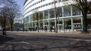 La Maison de la radio, surnommée «maison ronde» est, depuis 1975, le siège de la société Radio France. Elle fut également le siège social de RFI entre 1987 et 2013 avant son déménagement à Issy-les-Moulineaux.