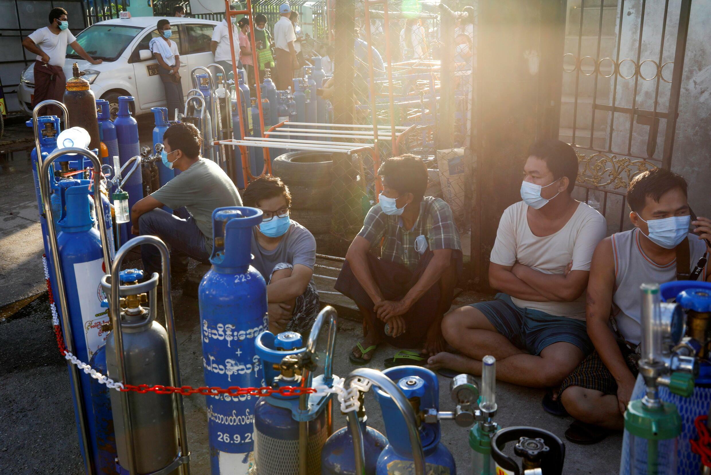 Người dân địa phương xếp hàng chờ nạp ôxy vào bình vào lúc Covid-19 bùng phát mạnh tại Rangoon, Miến Điện, ngày 14/07/2021.