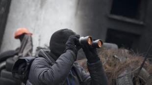 Манифестант на баррикаде в Киеве 13/02/2014