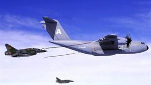 Le premier exemplaire de l'A400M, l'avion militaire d'Airbus, entièrement assemblé, est sorti le 26 juin 2008 de l'usine de Séville en Espagne.