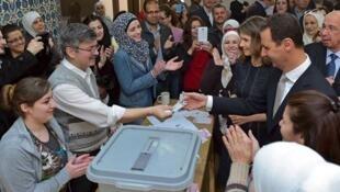 O Presidente sírio, Bachar Al –Assad, em companhia da esposa, Asma, durante a votação, em Damasco – 13 de Abril de 2016