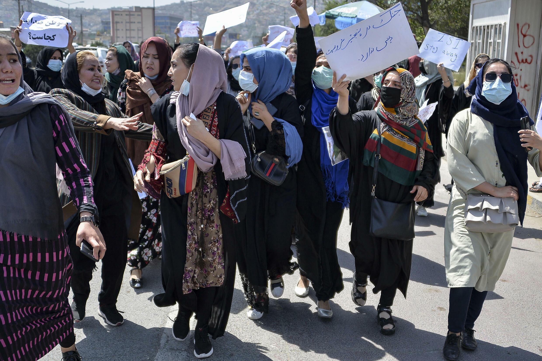 Aunque de pequeño formato y aisladas, algunos afganos, a menudo mujeres, se han manifestado en ciudades como Kabul, Herat y Mazar-i-Sharif tras la caída del país a manos de los talibanes