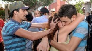Un contre-manifestant tente d'empêcher un couple de s'embrasser lors du « kiss-in » organisé à Rabat, le 12 octobre 2013.