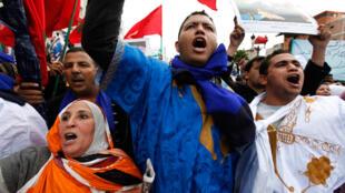 Des manifestants marocains contre les critiques de l'Espagne sur la situation des droits de l'homme au Sahara occidental. Casablanca, le 28 novembre 2010.