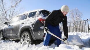 Um homem tenta abrir caminho na neve em Indianópolis, em Indiana, neste 7 de janeiro de 2014.
