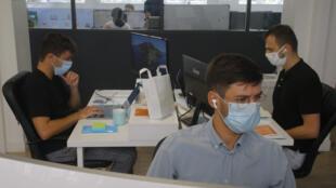 La France impose désormais des masques sur tous les lieux de travail, du quartier des affaires parisien aux usines de province. dans la startup Yoopies, mercredi 19 août 2020 à Paris.