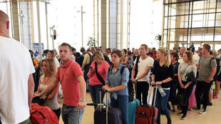 Turistas no aeroporto de Sharm el-Sheikh a 6 de Novembro de 2015