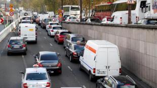 Критики закрытия проезжих зон в центре Парижа считают, что это усилит загруженность других автомобильных артерий города, что только усугубит экологическую ситуацию.