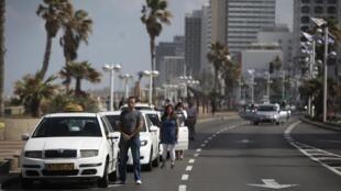 Em homenagem ao Dia do Holocausto, o tráfico foi parado, os motoristas ficaram de pé ao lado dos veículos, em Tel Aviv.