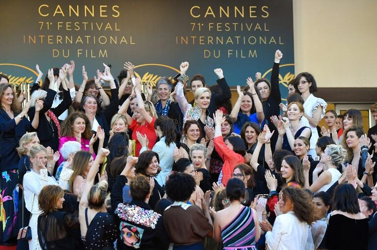 waigizaji kadhaa wa filamu wakipiga picha wakati wa tamasha la filamu la Cannes mwaka 2018