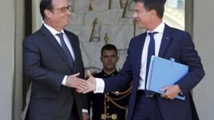 O presidente francês, François Hollande, dá as boas-vindas ao primeiro-ministro Manuel Valls na primeira reunião de trabalho após as férias de verão, em 19 de agosto de 2015.