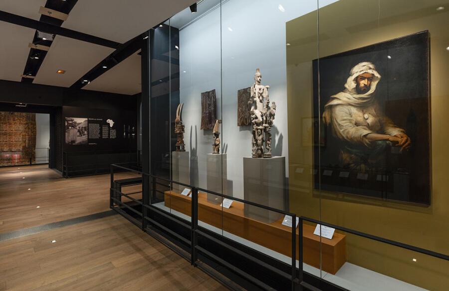 Interior del Espace Musées y de la exposición consagrada a los grandes viajeros.