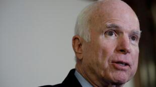 Ông John McCain trả lời trong cuộc họp báo ngày 25/10/2017 tại Washington.