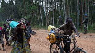 Des civils se rendent dans des lieux d'accueil suite aux échauffourées intercommunautaires, dans le territoire de Lubero, Nord Kivu, RD Congo (Photo d'archives),