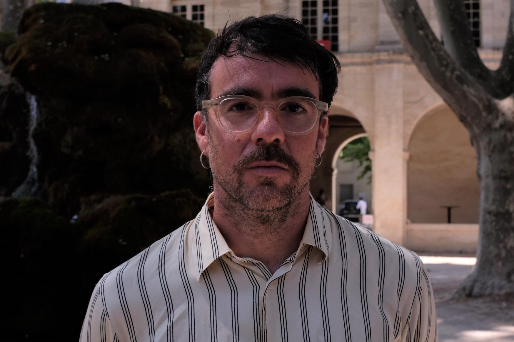 Le chorégraphe espagnol Marcos Morau après la première de « Sonoma » dans la Cour d'honneur du Palais des papes au Festival d'Avignon 2021.  © Siegfried Forster / RFI