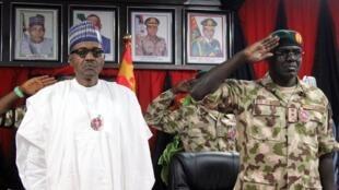 Muhammadu Buhari et son chef d'état-major des armées Tukur Buratai à Maiduguri, en novembre 2018.