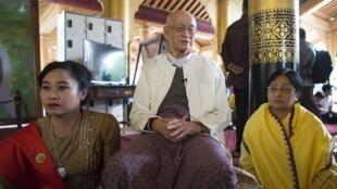 Hoàng tử Taw Phaya (ở giữa), 93 tuổi, cháu nội của quốc vương Thibaw, ngày 22/11/2016