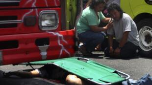 El cuerpo de un conductor de autobús yace en una calle de la Ciudad de Guatemala, asesinado por desconocidos el 8 de septiembre de 2011.