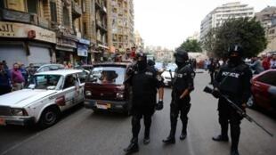 Des policiers en patrouille dans les rues du Caire durant une manifestation marquant le troisième anniversaire de la révolution égyptiennne (illustration).