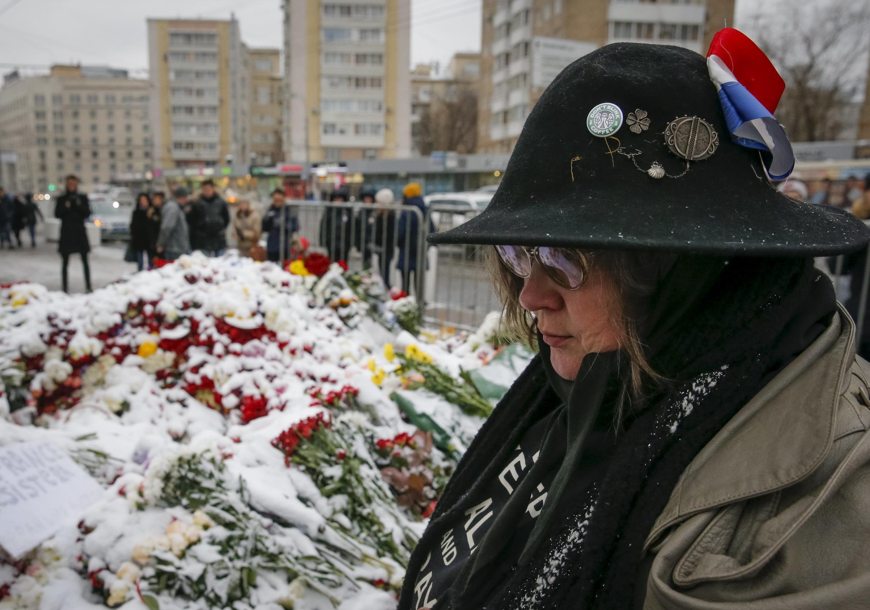 Цветы возле посольства Франции в Москве. 15 ноября