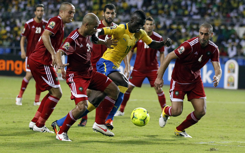 Le Gabonais Eric Mouloungui échappe à la défense marocaine.