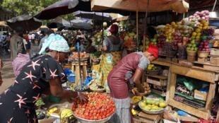 Des femmes vendent des fraises dans un marché ouvert à Ouagadougou, le 6 mars 2017.