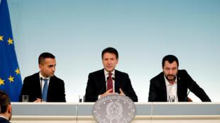 Bộ trưởng Lao Động Luigi Di Maio (T), thủ tướng Giuseppe Conte (G) và bộ trưởng Nội Vụ Matteo Salvini trong cuộc họp báo Điện Chigi, Roma, ngày 20/10/2018