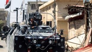 Un véhicule blindé de l'armée irakienne avance dans la vieille ville de Mossoul, le 26 juin 2017.