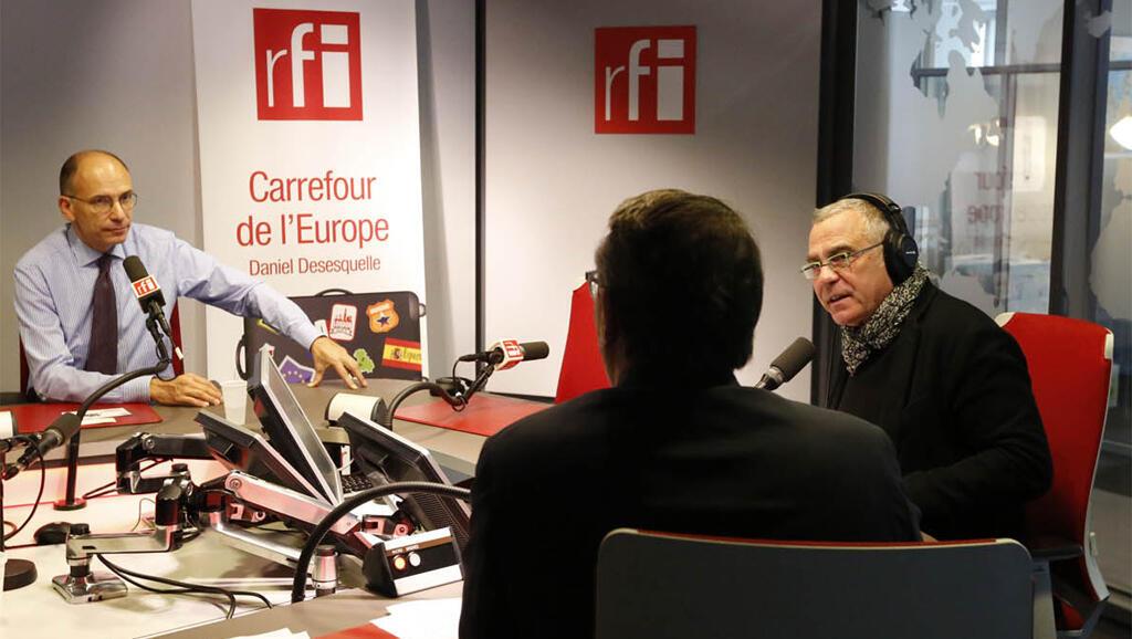 A gauche, Enrico Letta en studio à RFI.